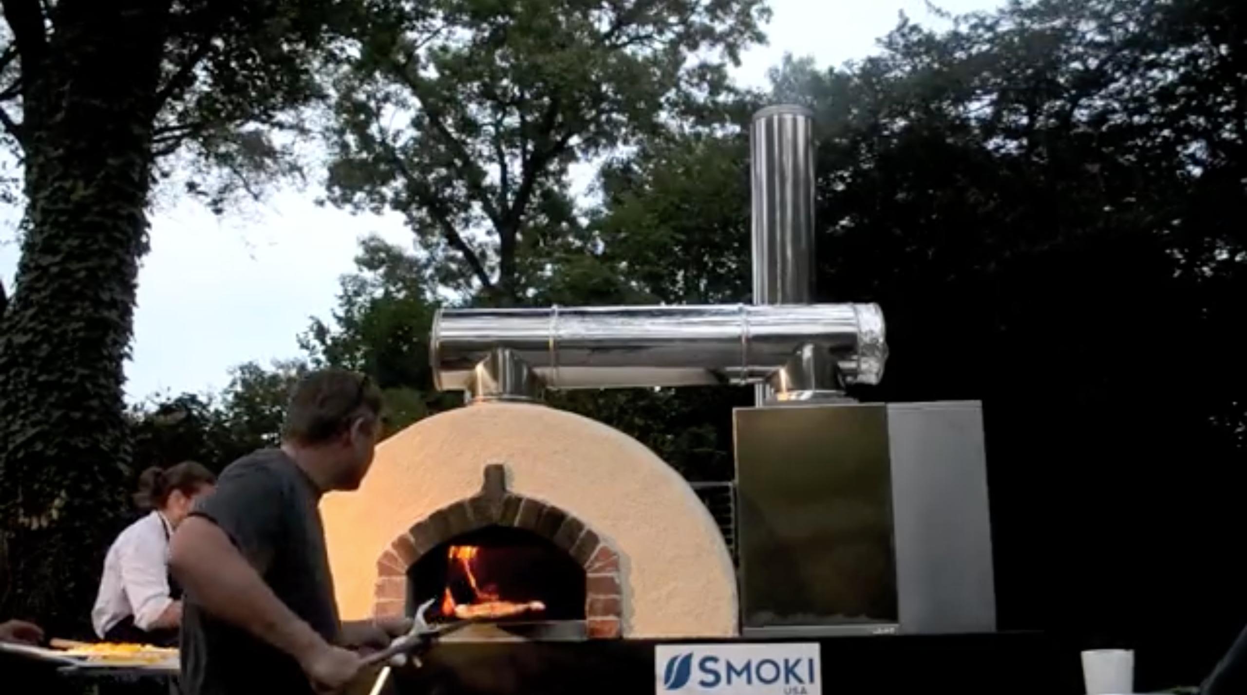 Un Smoki Junior couplé avec un four à pizza qui nettoie et désodorise la fumée